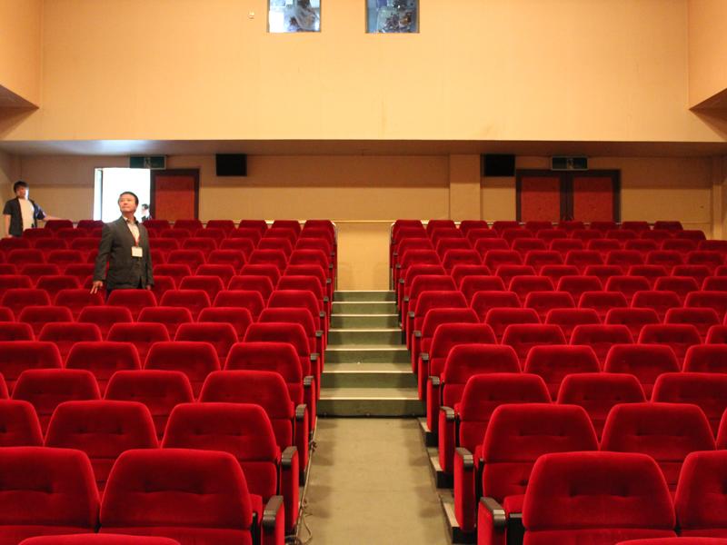 鮮やかな赤い座席も健在です。