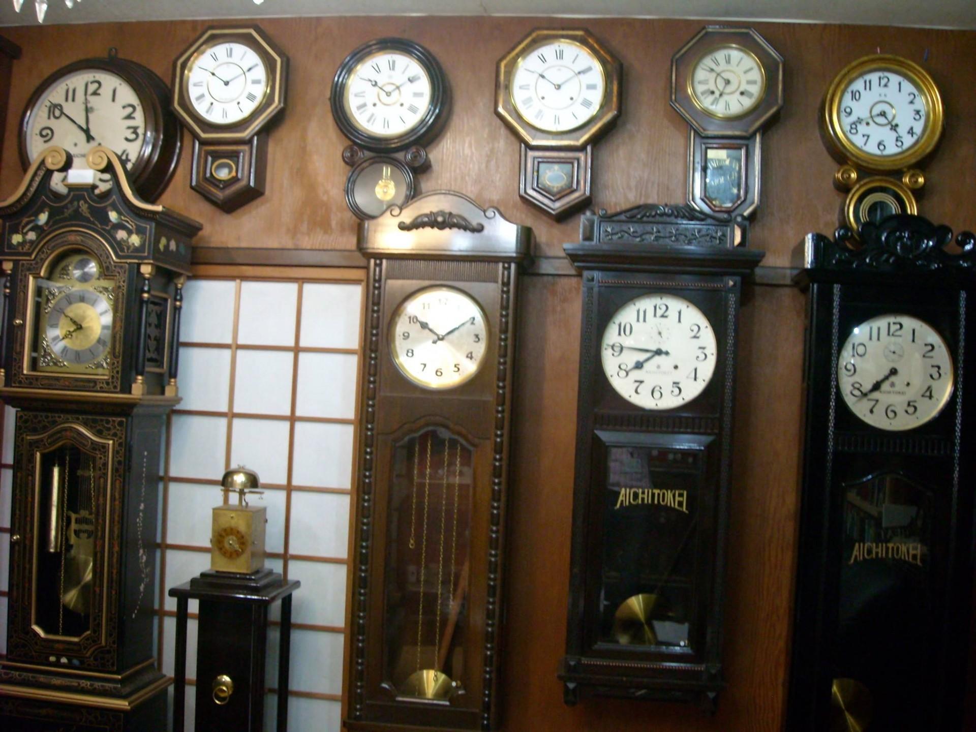 店内には置時計や掛け時計のアンティークものが数多く揃う。