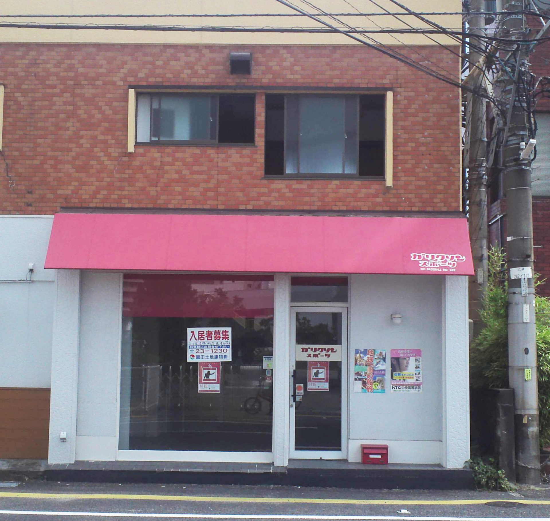 白い壁と赤いオーニングがお店の顔になりそうなファサード。