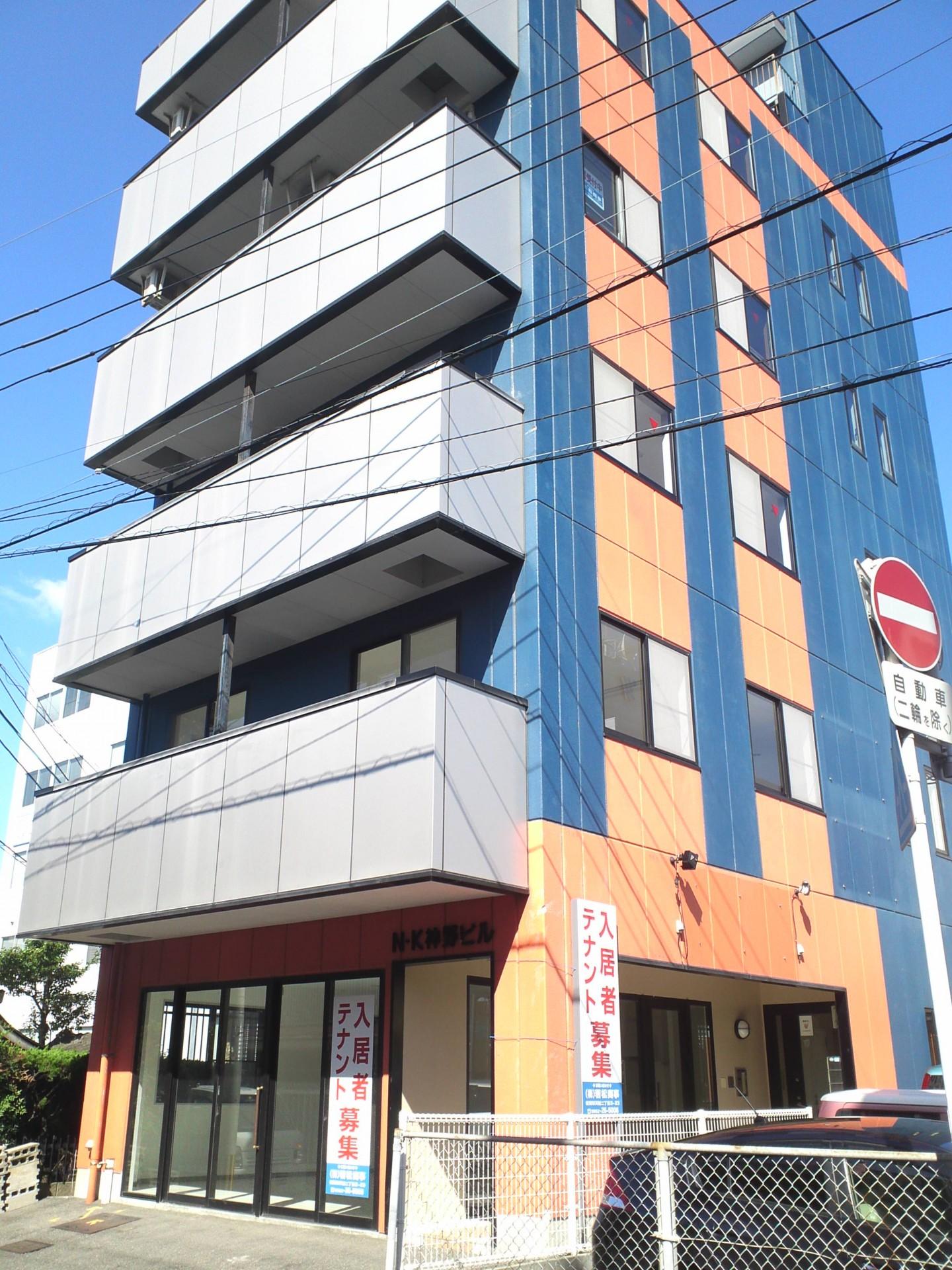 佐賀駅北口から西側、高架に沿って歩いていくと建物が見えてきます。オレンジとブルーが目印。