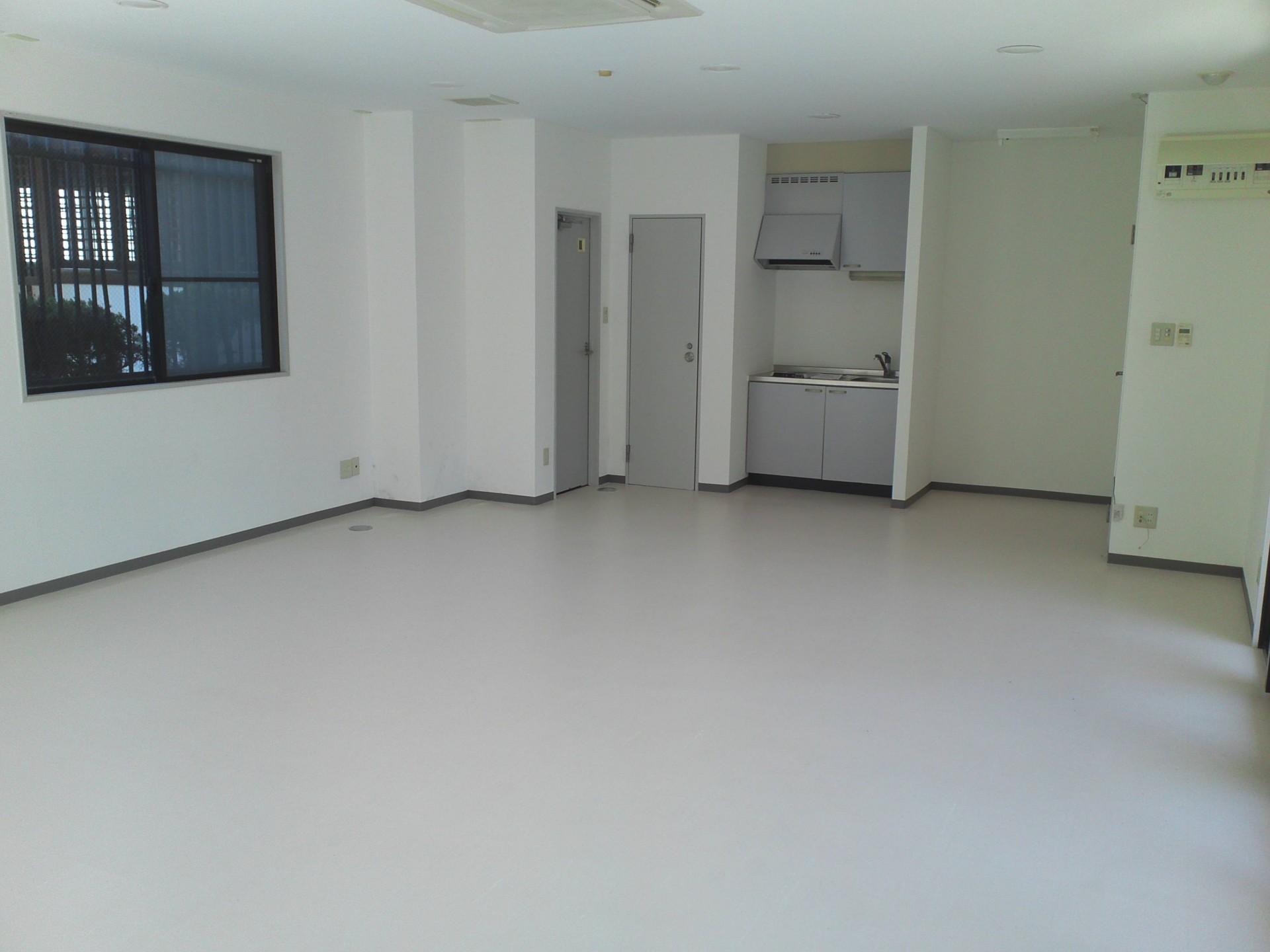 中はすっきりした空間。既存設備をそのまま生かすならば事務所としての利用がベストです。