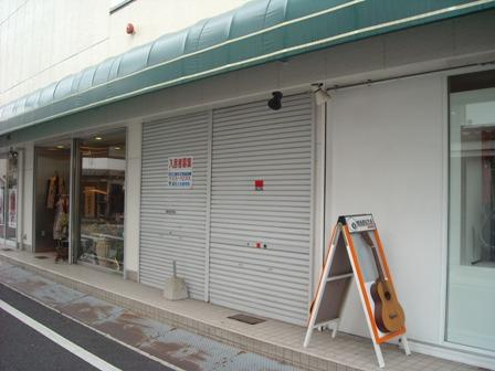 楽器店マルヤさんの隣に位置しています。