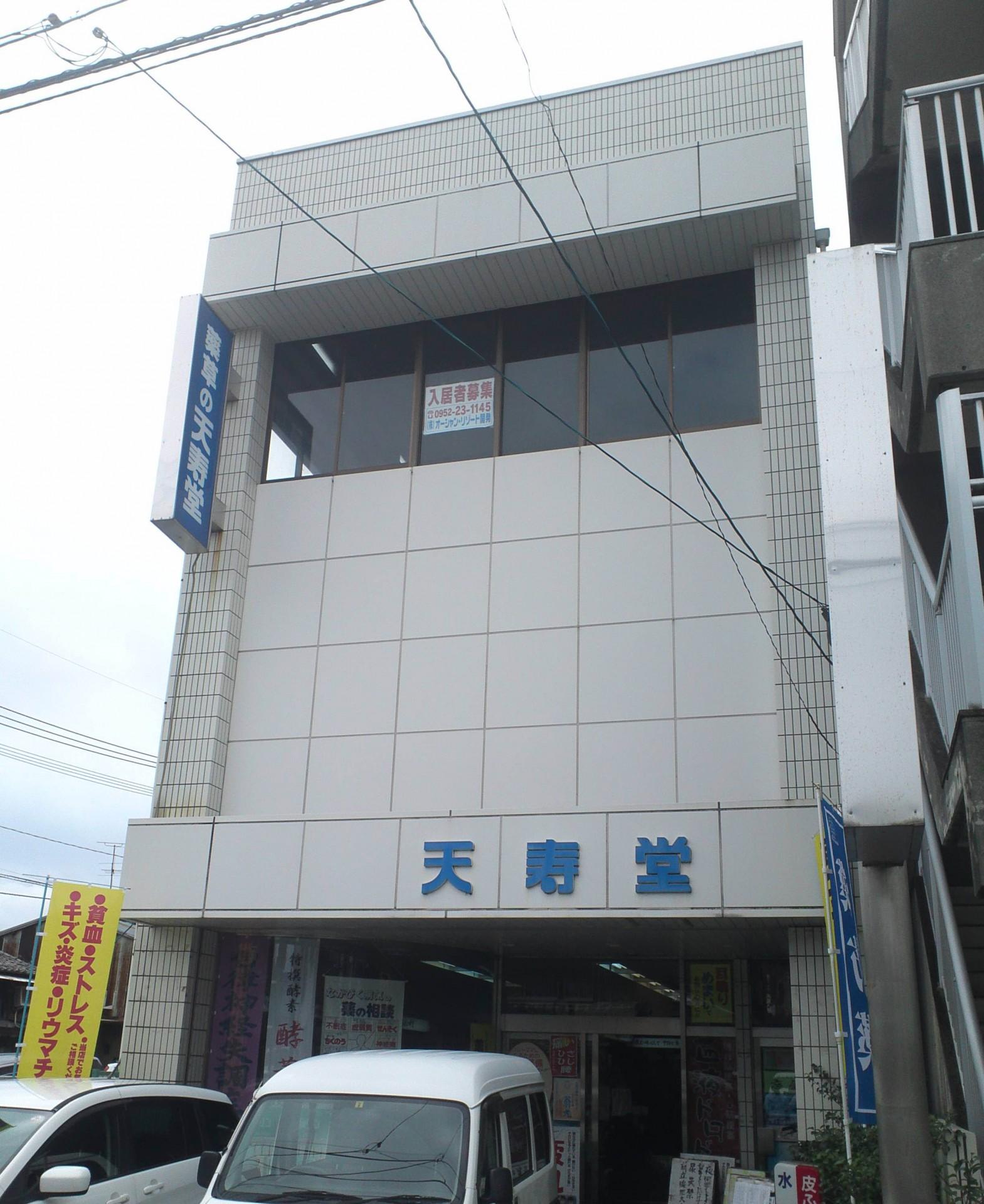 場所は呉服元町の子どもの本屋ピピンから東に100メートルほど進んだ場所に位置します。