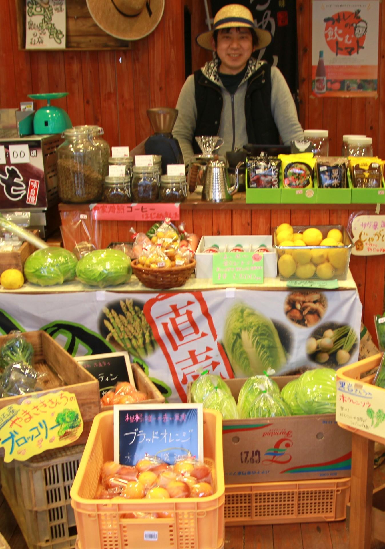 新鮮な野菜やくだものが並ぶ店内