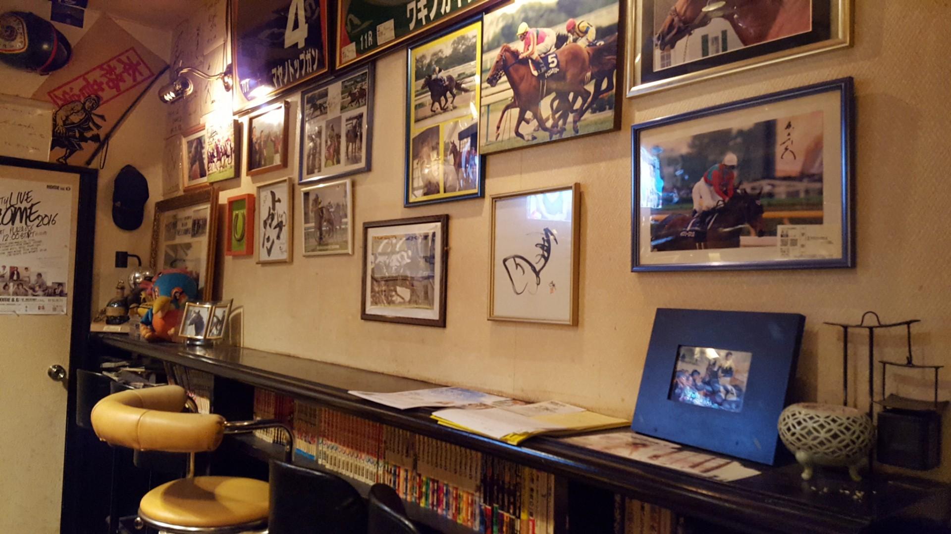マスターは競馬も好き。店の壁には馬の写真が沢山。 ▲だから競馬好きも集まります。