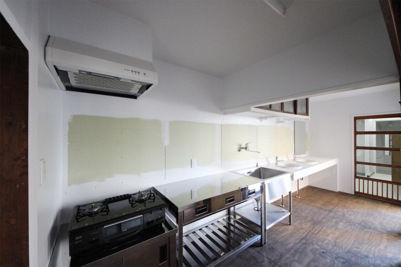 共同のキッチンと洗面所(施工中の写真)