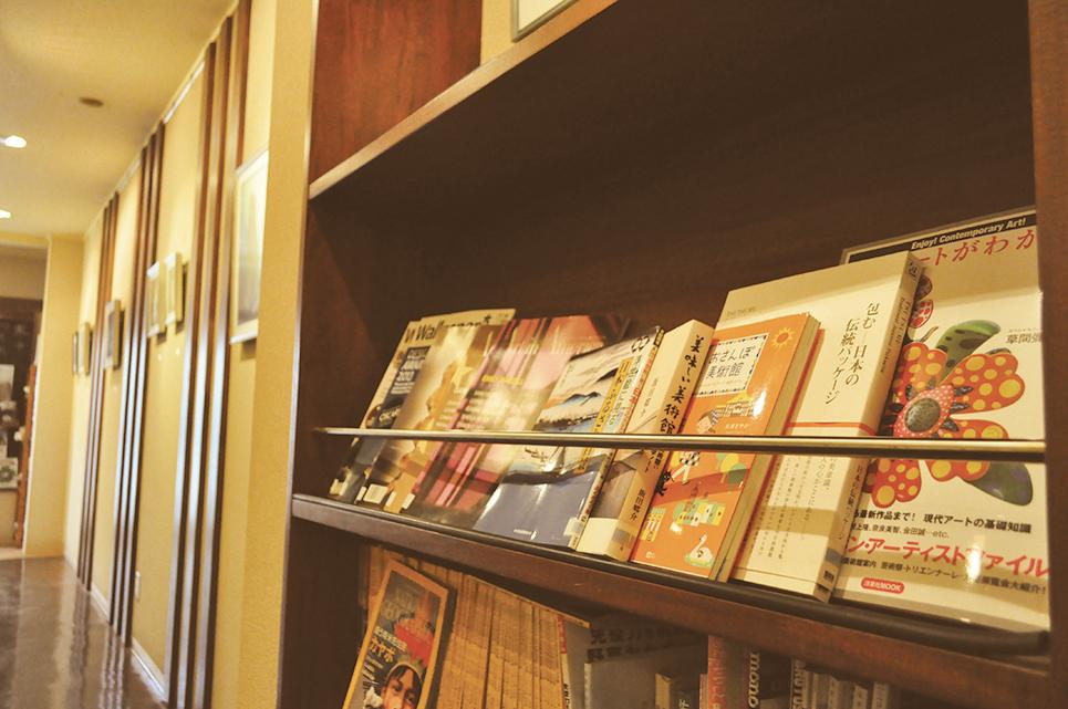 この店の街としょ本棚のテーマは「アート」