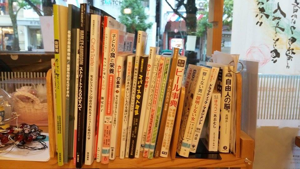 この店の街としょ本棚のテーマは「食育」。あと実は3Fにはビジネス関連の本もあり。
