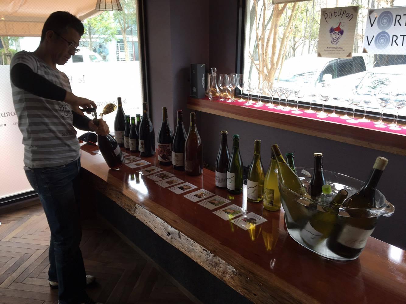 前回のSagaのがばいVinちゃんの様子。数多くのワインが並びました。