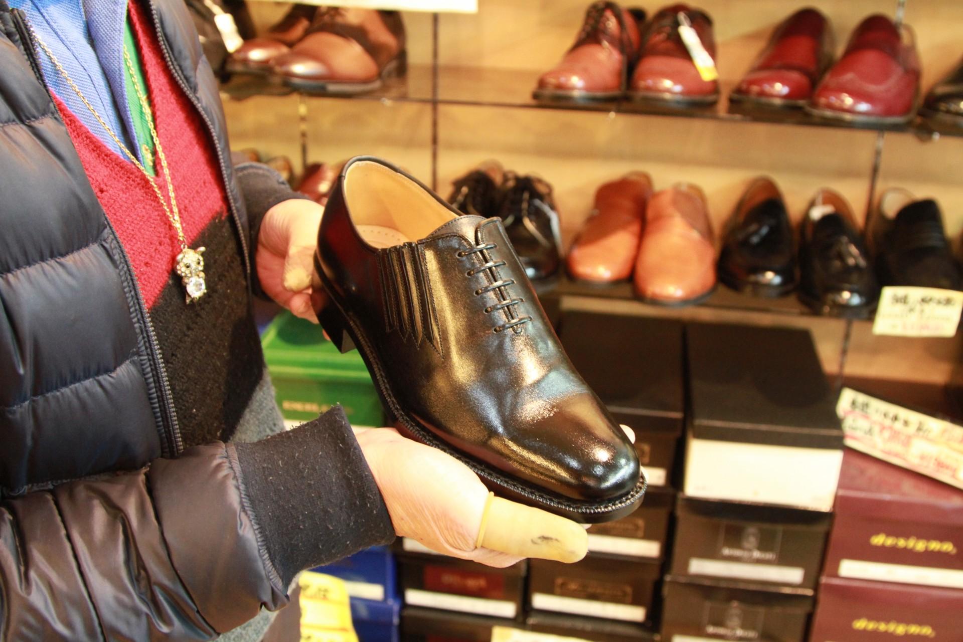 紳士用の特別オーダー革靴は、鶴さんオススメの品質のもので3万5,000円~。履きやすさも抜群です。