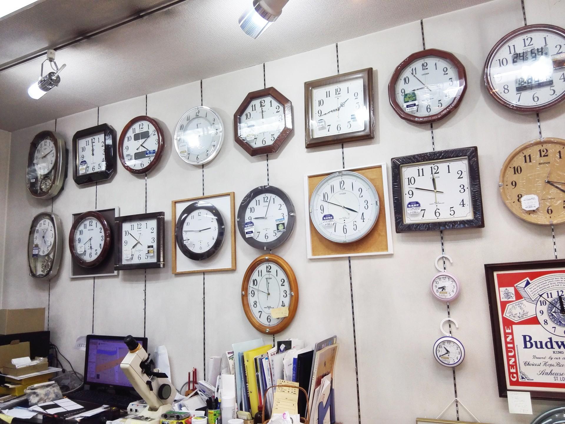 店内にはオーソドックスな時計が並びます。