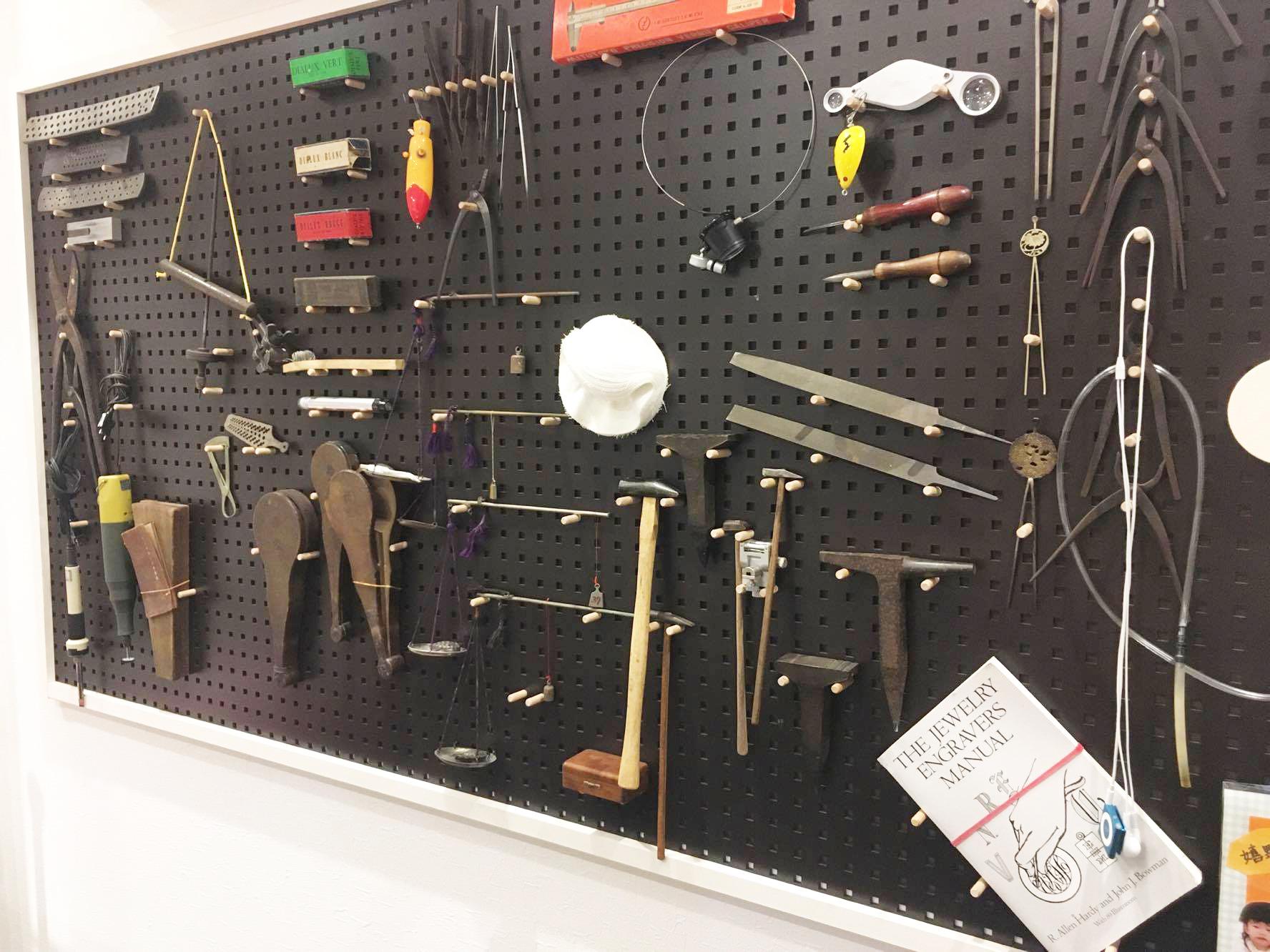 店内にも道具が飾られています。