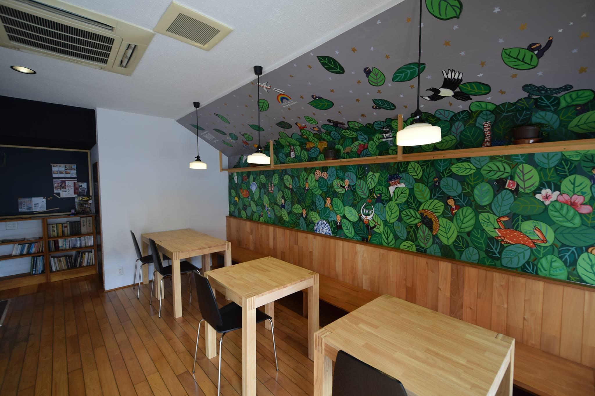 1階の「葉隠」デザインの壁画。緑の葉っぱのあいだから、さまざまな佐賀の名物がのぞきます。