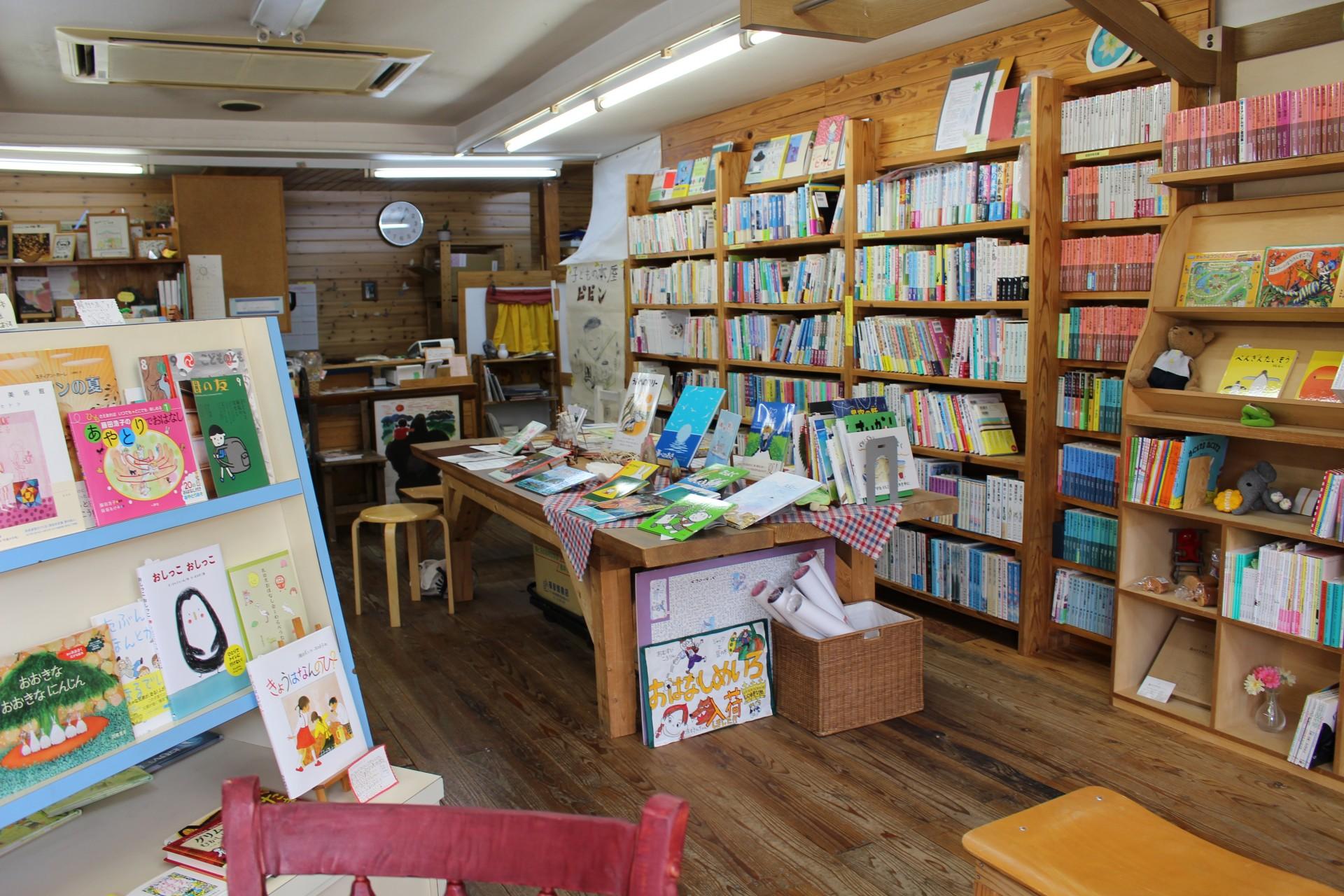 店内には棚に数多くの絵本が並んでいます。