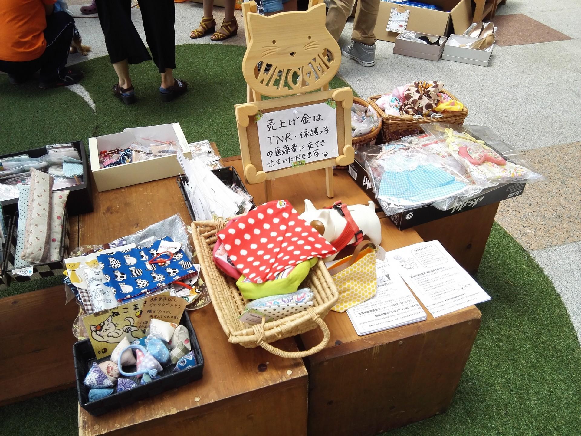フリーマーケットでは、可愛らしい手作り   雑貨が並びます。
