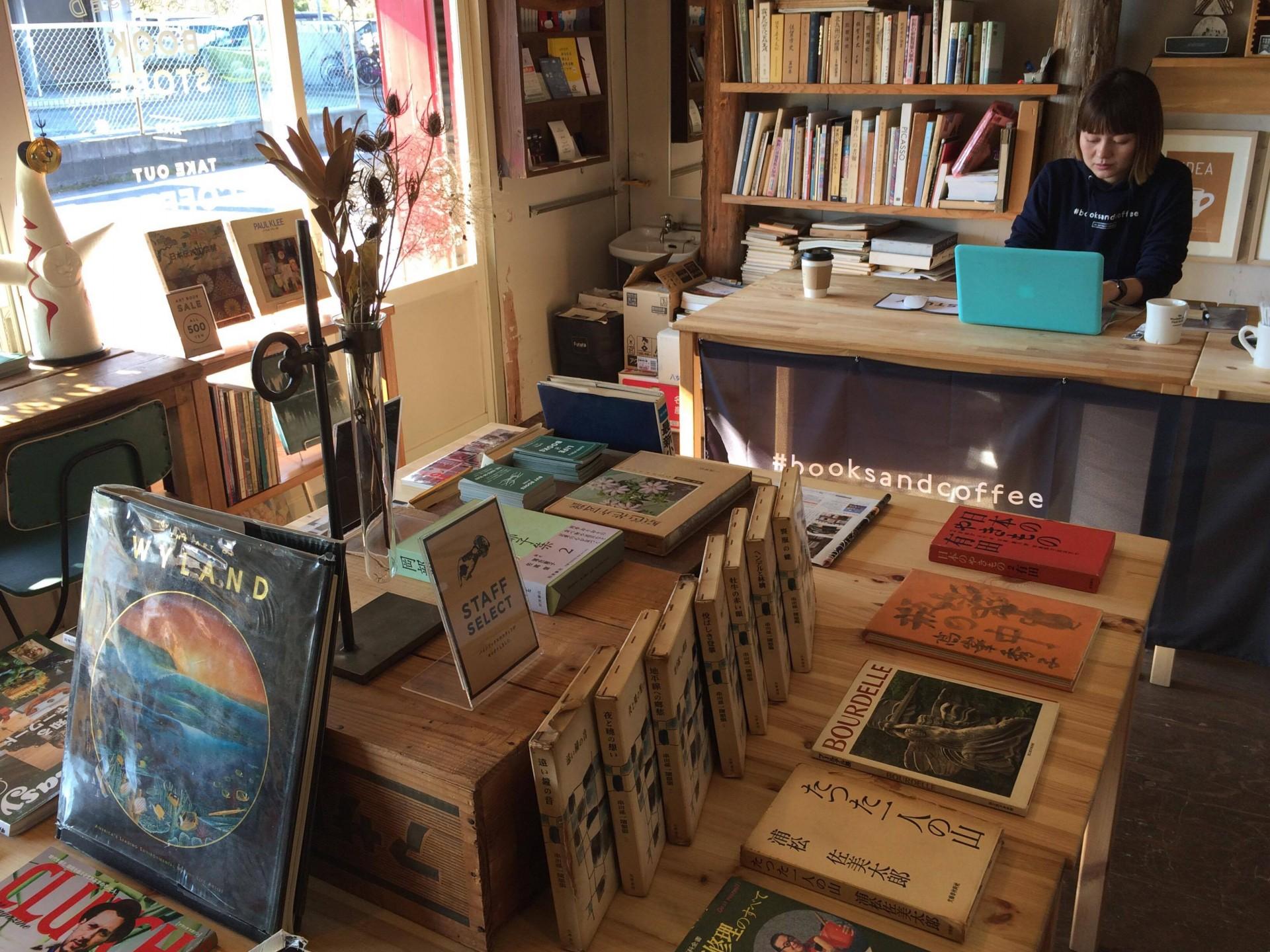 ▲ 店内には様々な美術関連本が並びます。