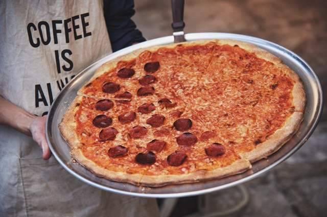 オリジナルの大きなクリスピーピザ