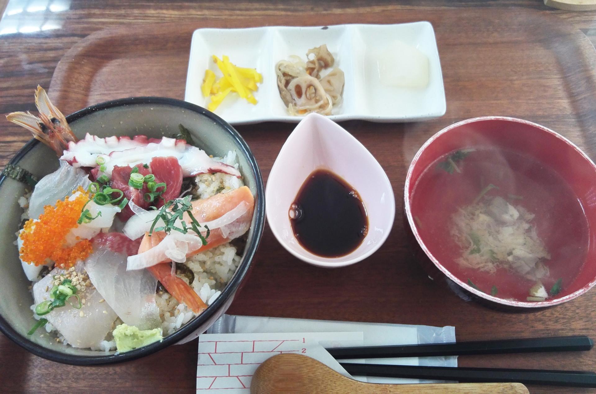 海鮮丼セット(680円)は新鮮でボリュームたっぷり