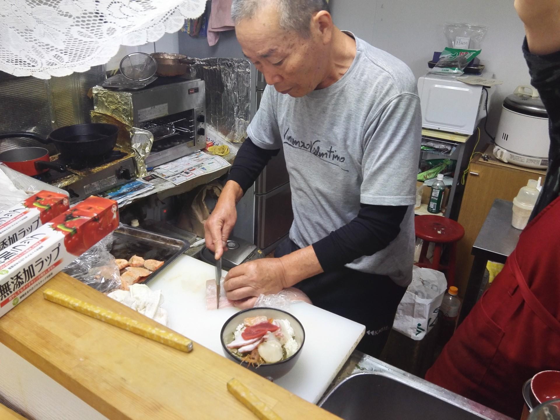 手際よくネタを切り分ける店主田中さん