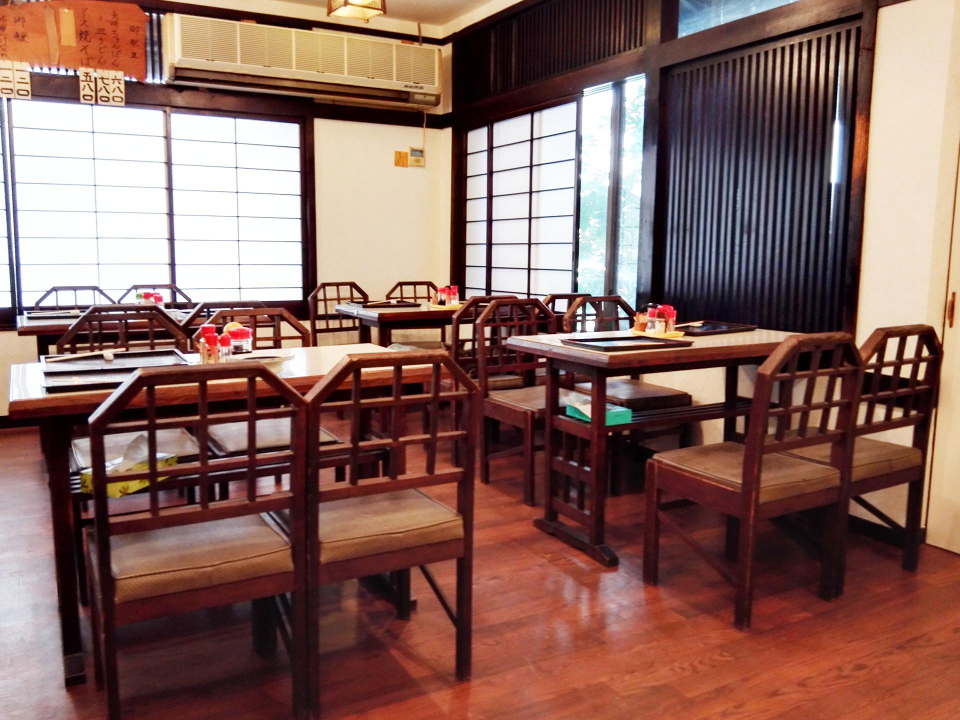 テーブル席のみの店内。お昼時は満員!