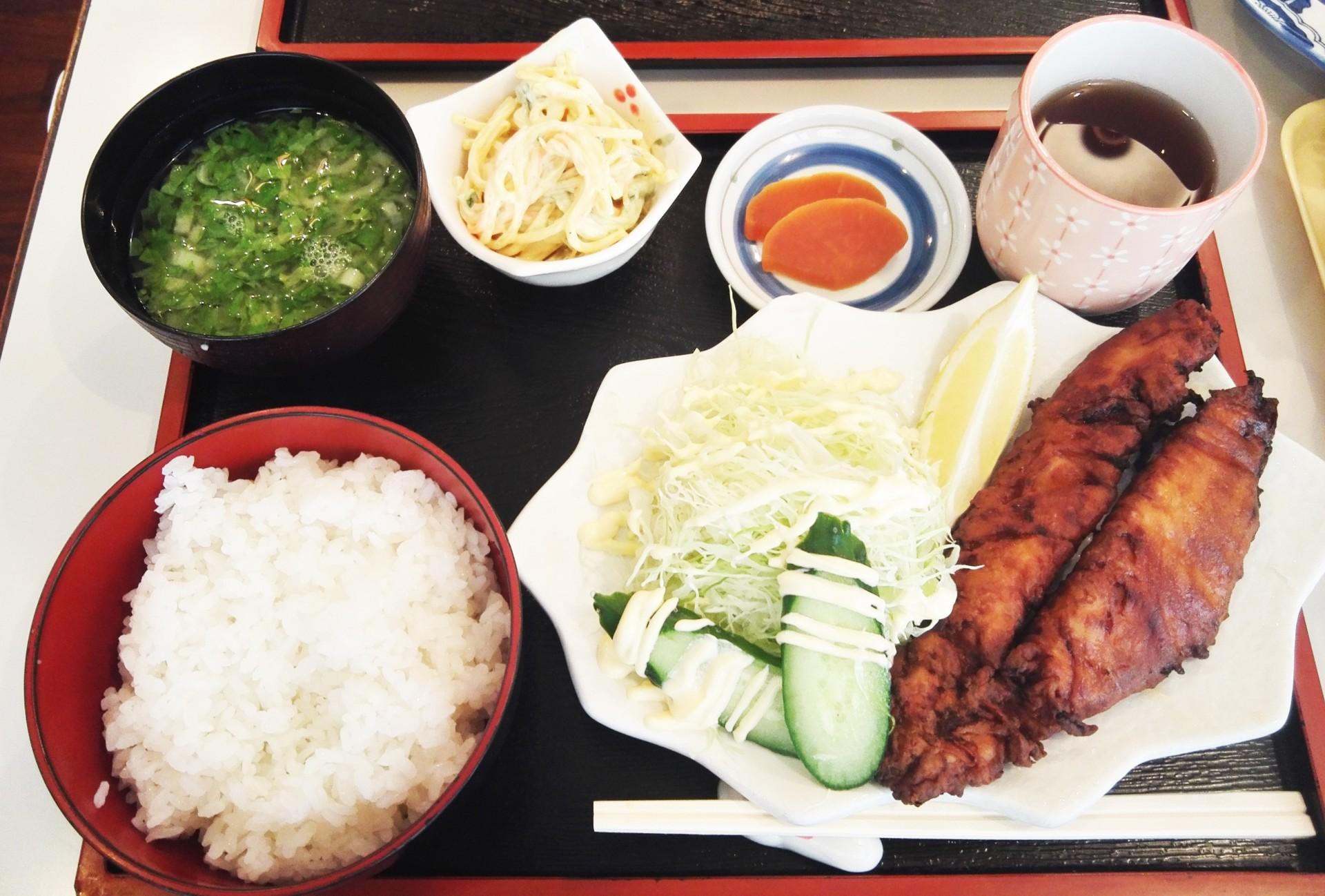 こんがりと揚ったサバの竜田揚げ定食