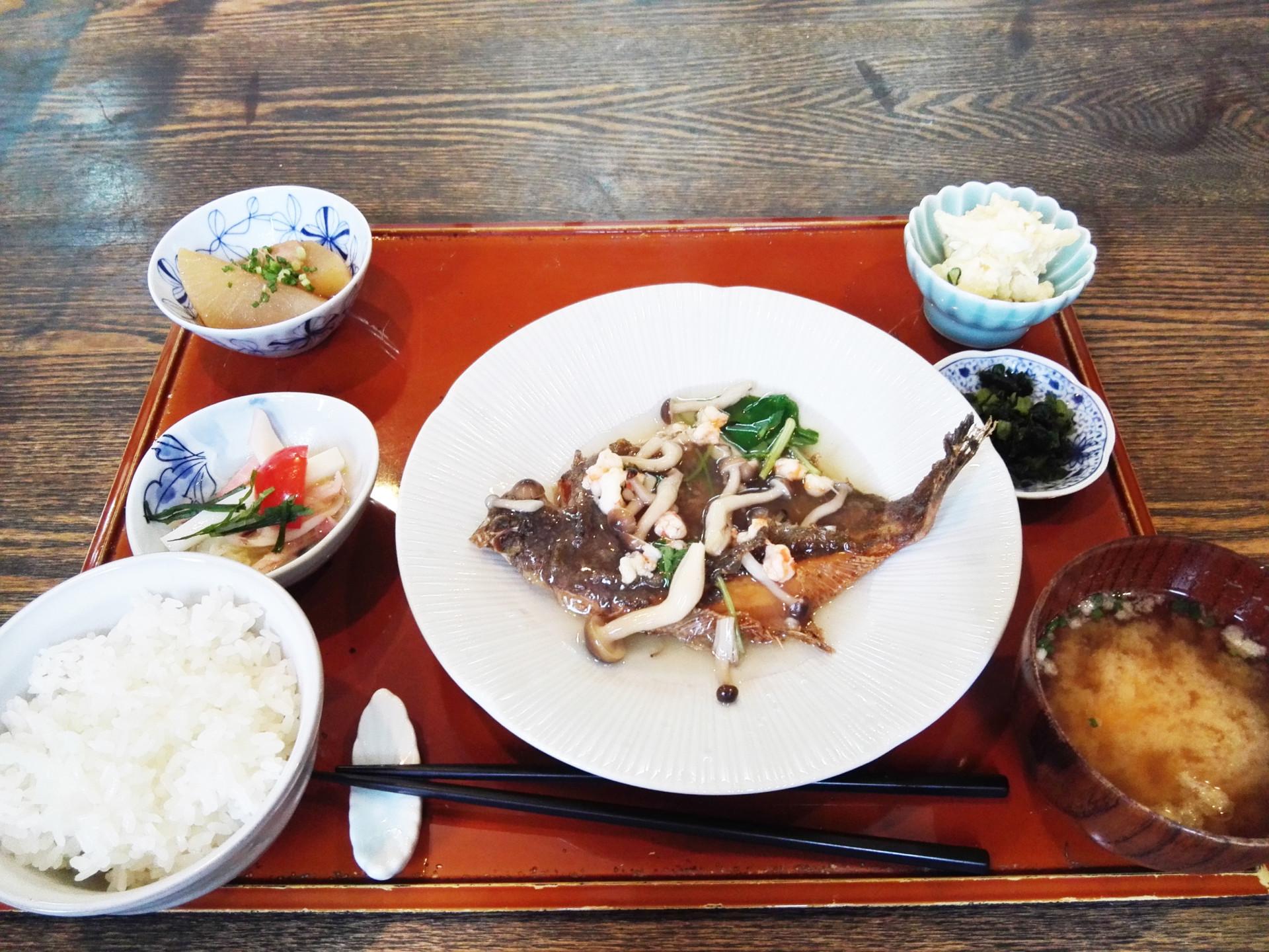 お魚の日替わりランチ(カレイの唐揚げ)
