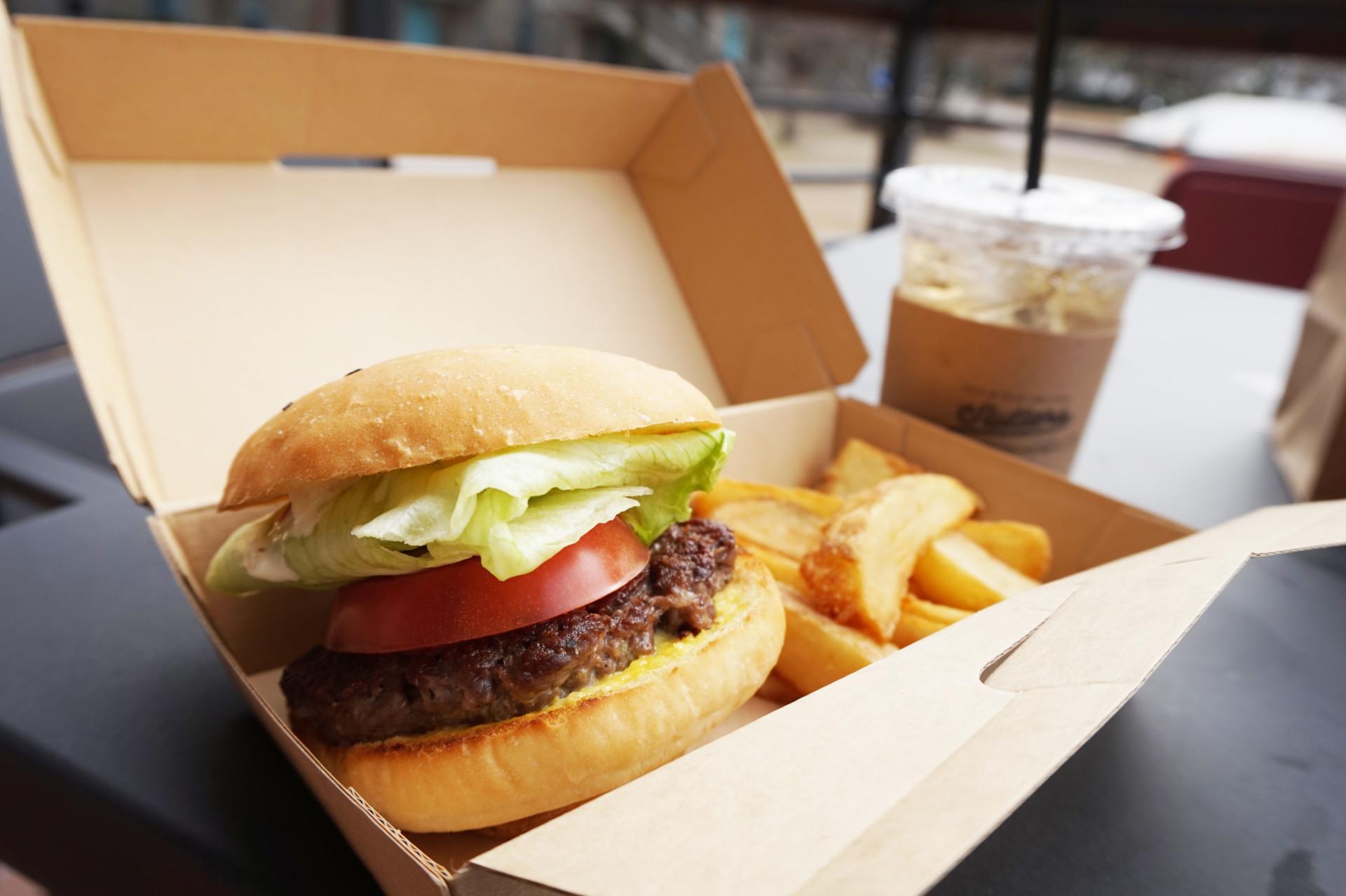 ハンバーガーセット(ポテトとドリンク付きで1,000円〈税別〉)