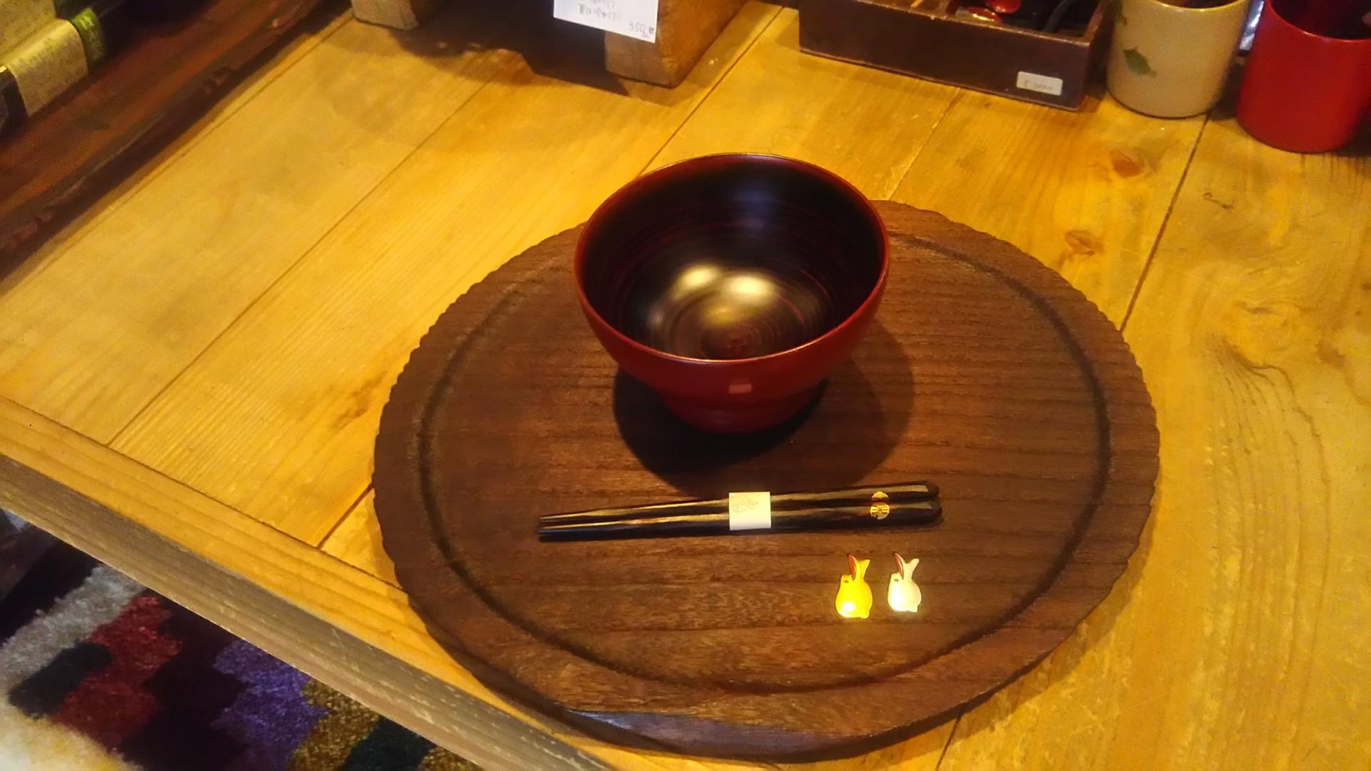 お食い初めから100歳まで使える、ふだん使いの輪島塗の椀とけずり箸(椀:13,000円、箸:2,000円)