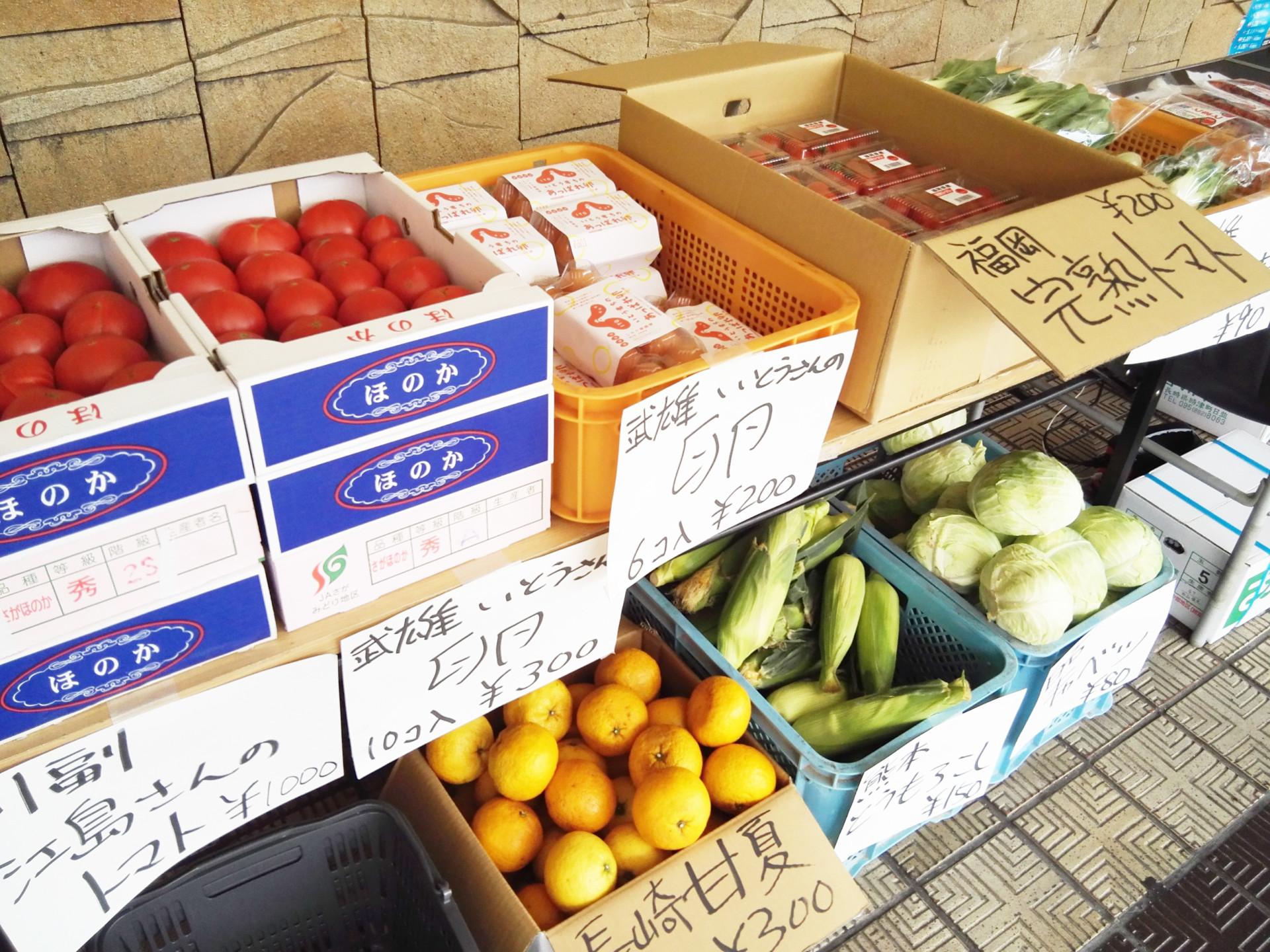 新鮮な野菜や果物が多数並びます