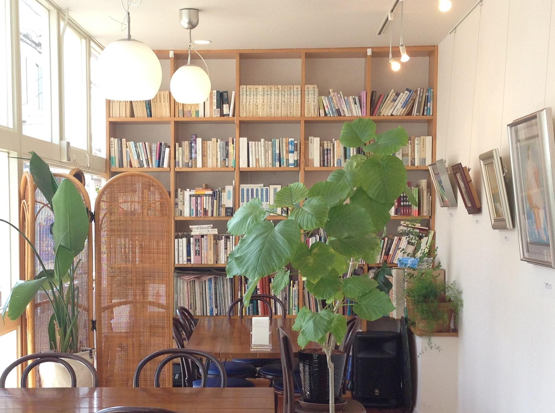 店奥には大きな本棚があります