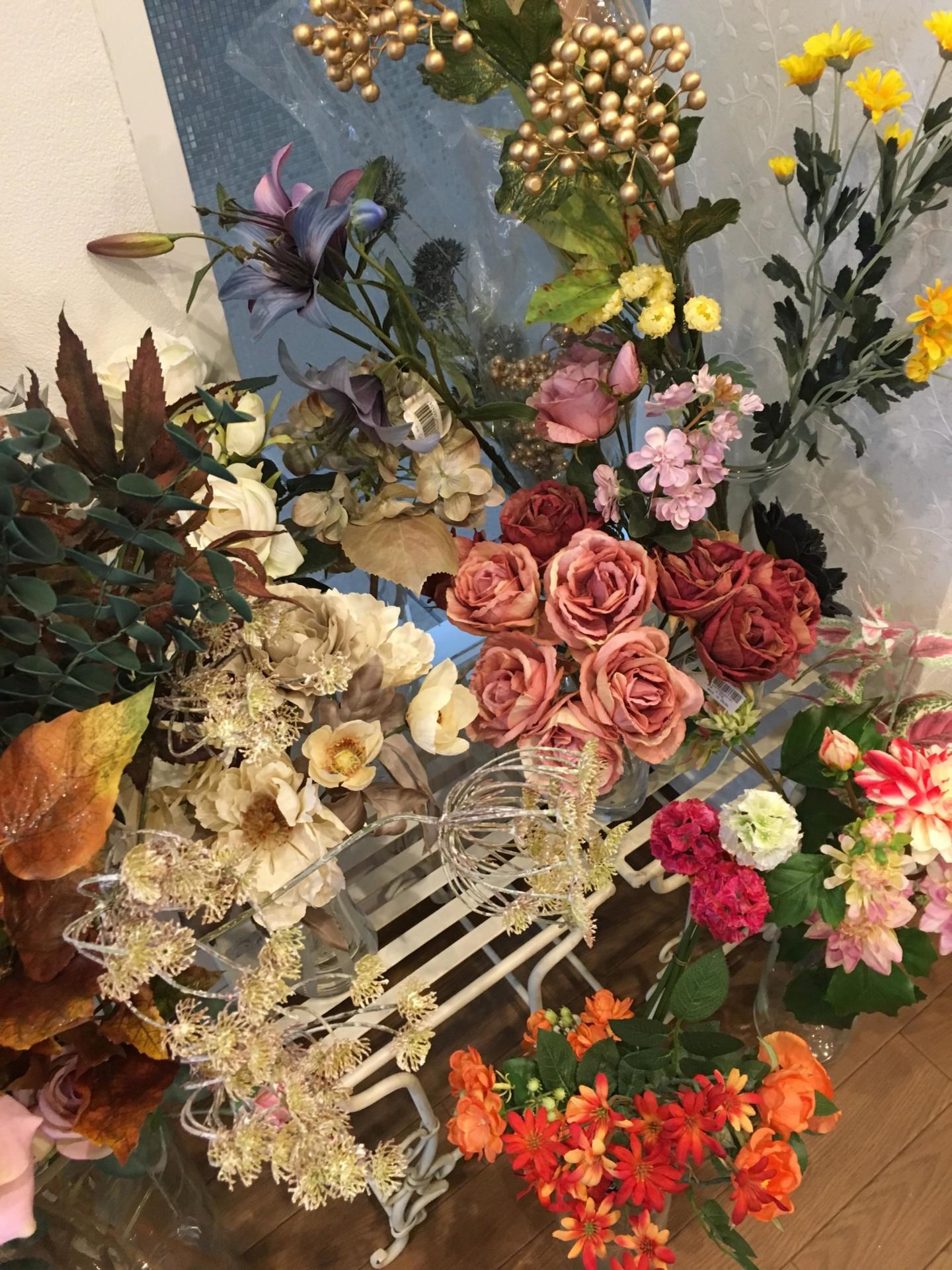 店内には華やかな花材がいっぱい