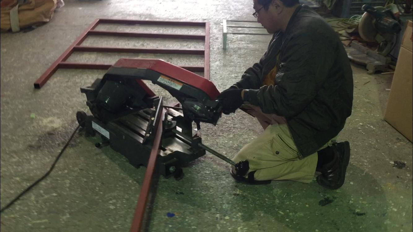 県内外のさまざまな看板を製作。枠となる鉄の棒を切断する様子