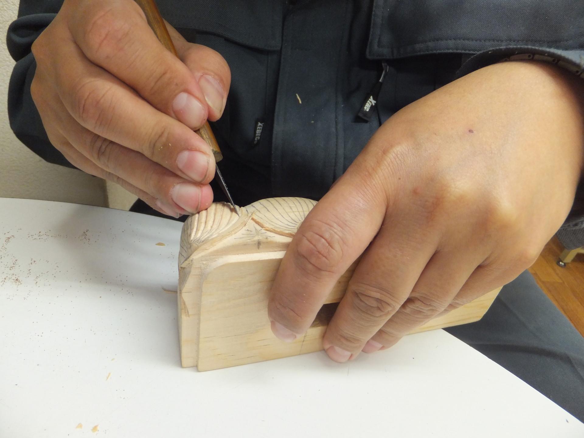 お位牌の製作作業(彫りの工程)