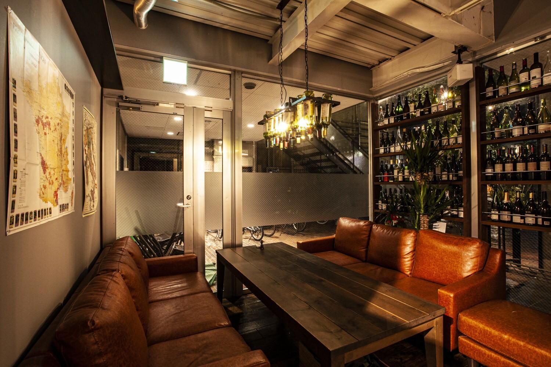 入り口そばの席。ガラス面にはワインの瓶がずらり