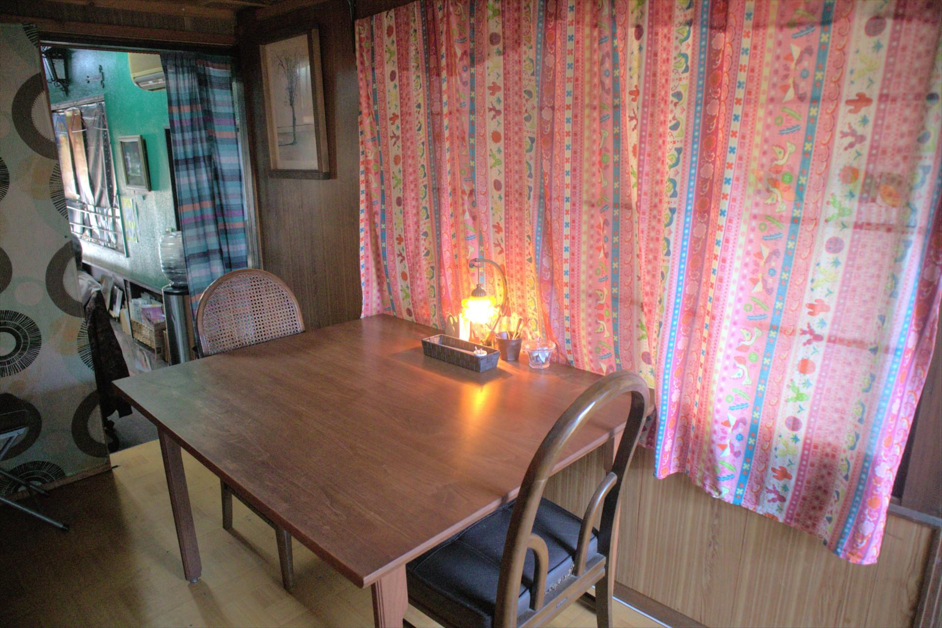 お店の奥にあるテーブル席はレトロな雰囲気で和む