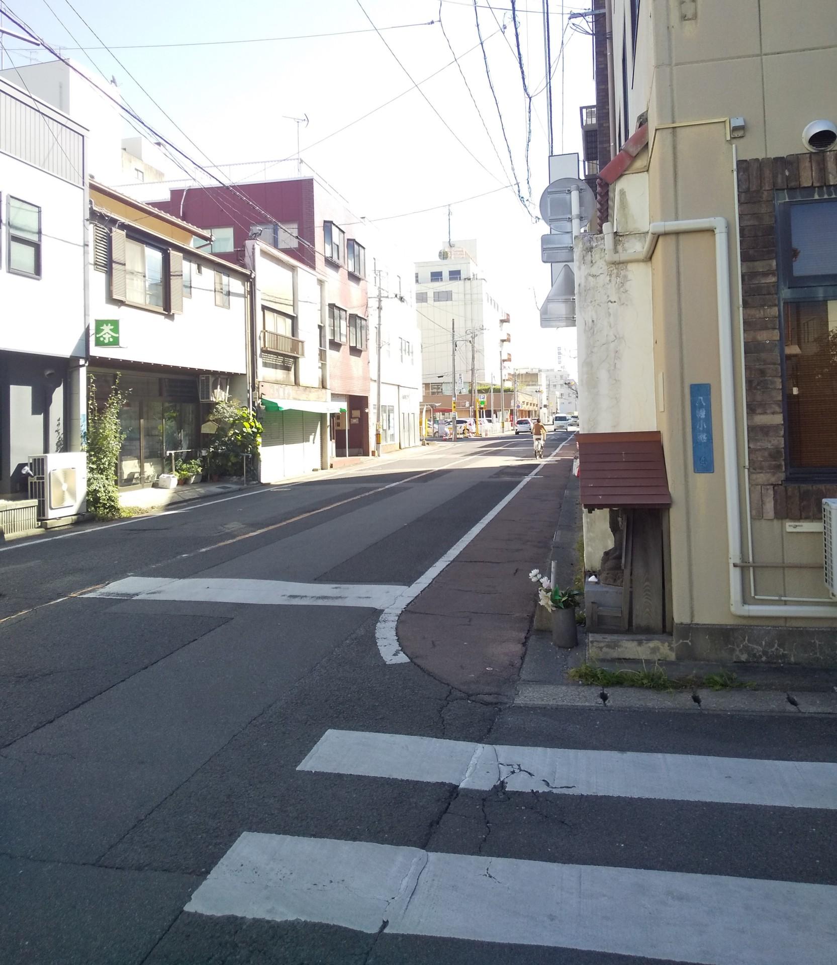 現代の県庁通り。宝石店「太平社」付近