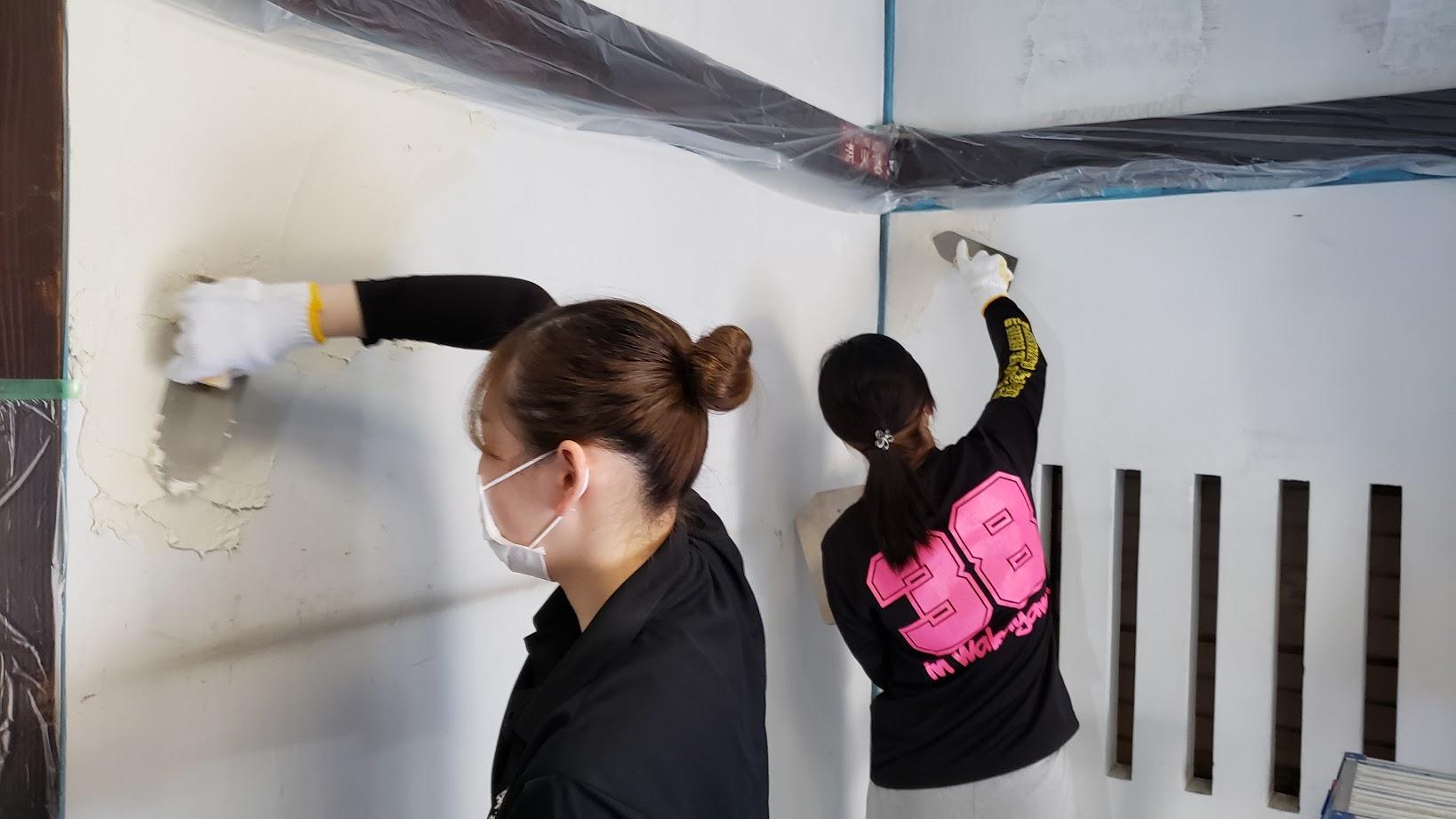 「みんなでDIYしよう!」の一コマ。近所の方やプロジェクトメンバーだけでなく、大学生や高校生など多くの方々が参加してきました。壁を塗ったり、廃材の撤去をしたり、障子の貼り換えをしたりなど。