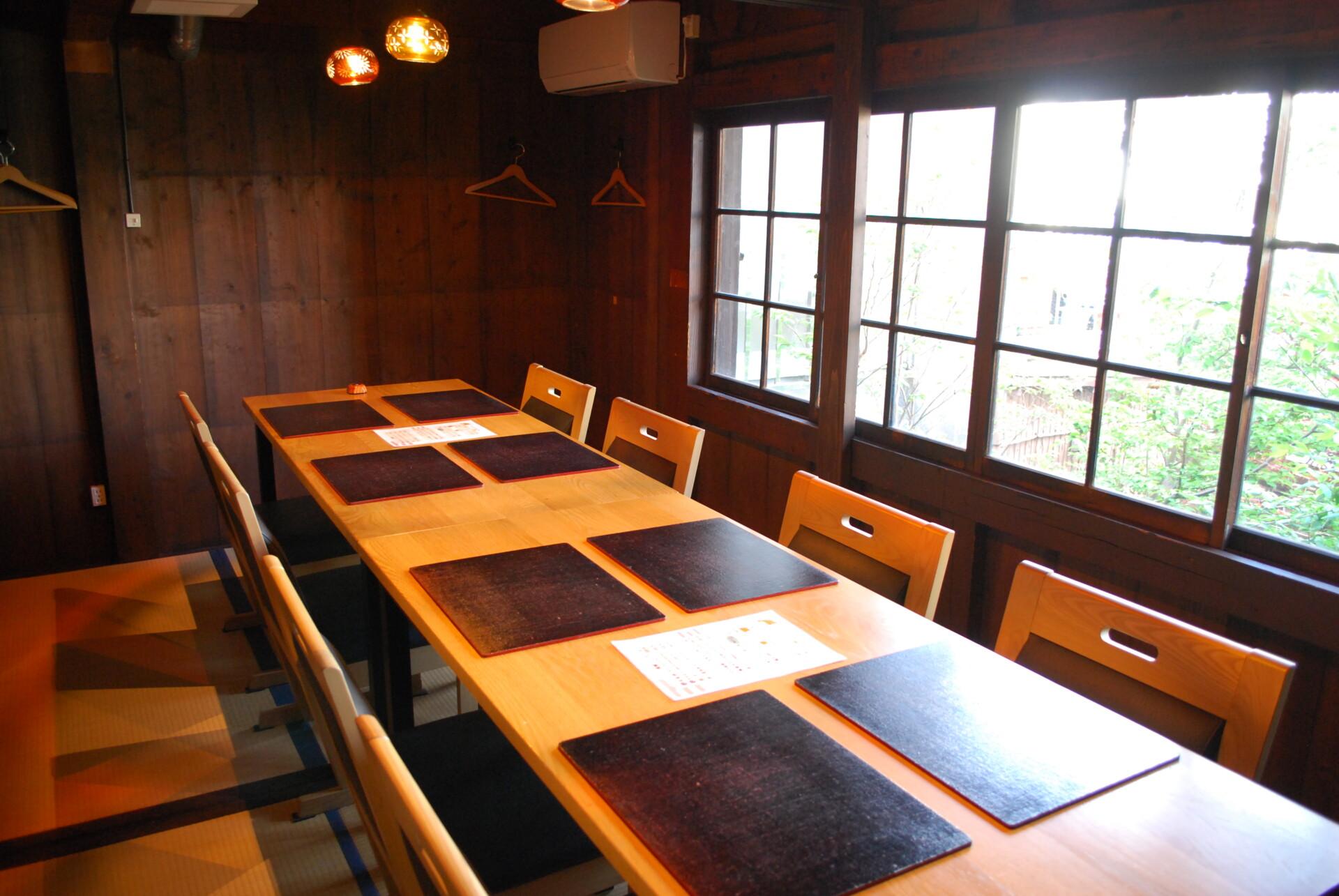 一階のカウンター席は隣の席と仕切りを設け、しっかりとコロナ対策。 個室があるのも嬉しい
